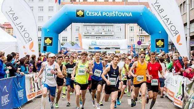Běžci na královéhradeckém Ulrichově náměstí.