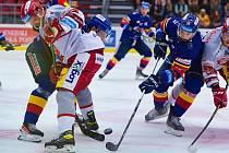 SEDM GÓLŮ padlo ve vyprodané českobudějovické aréně. Úspěšnější byli domácí hráči, Hradeckým (ve světlém) skončila vítězná série.