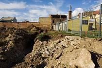"""Hromady hlíny, kamení a """"tunely"""" v zemi. Tak to nyní vypadá v centru města mezi ulicemi Hořická a Dukelská. Už za dva měsíce by se měl prostor proměnit v úhledný park Skleněnka s hřištěm a řadou vodních prvků."""