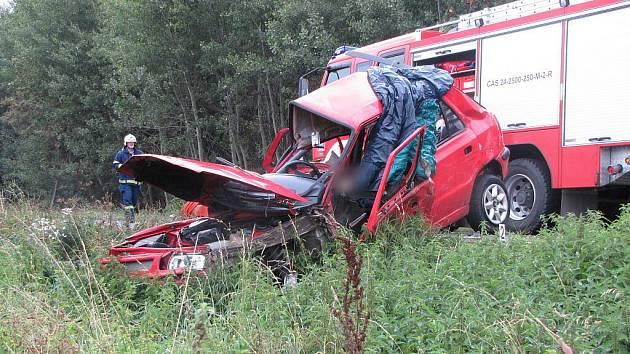 Při tragické nehodě osobního automobilu a kamionu na silnici I/11 poblíž Obědovic vyhasly čtyři lidské životy.