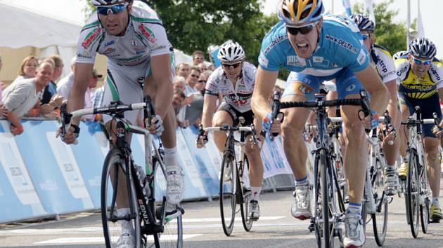 Cyklista André Schulze (druhý zleva).