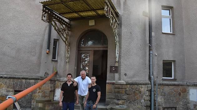 Secesní vila Anna z roku 1905 je dominantou obce Černožice na Hradecku.