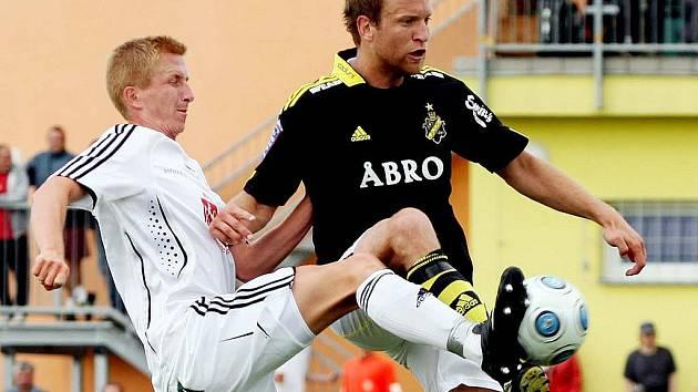 OSTRÝ SOUBOJ absolvoval s útočníkem Lundbergem hradecký obránce Michal Pávek (vlevo).