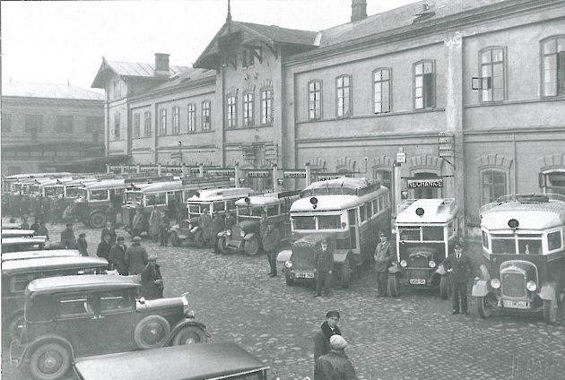 ÚSTŘEDNÍ STANOVIŠTĚ autodrah před původní hlavní železniční stanicí vroce 1929.Jednotlivá nástupiště byla vybavena světelnými orientacemi a názvy směrových nebo cílových zastávek.