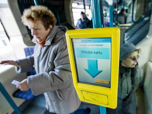 Odbavovací systém ve vozidle královéhradecké městské hromadné dopravy.