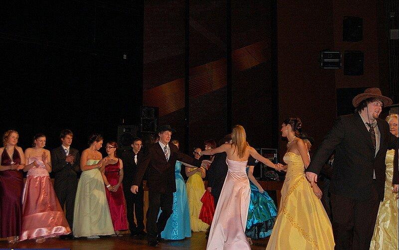 Nástup na maturitním plese.