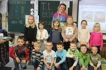 Prvňáčci z První soukromé základní školy v Hradci Králové s paní učitelkou Zdeňkou Kosovou.