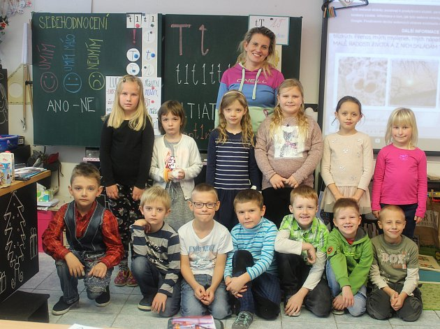 Prvňáčci zPrvní soukromé základní školy vHradci Králové spaní učitelkou Zdeňkou Kosovou.