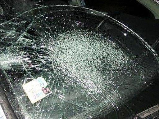 Automobil poškozený po střetu schodcem.
