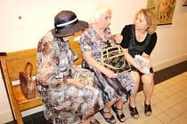 Pavla Koritenská při diskuzi s důchodkyněmi.
