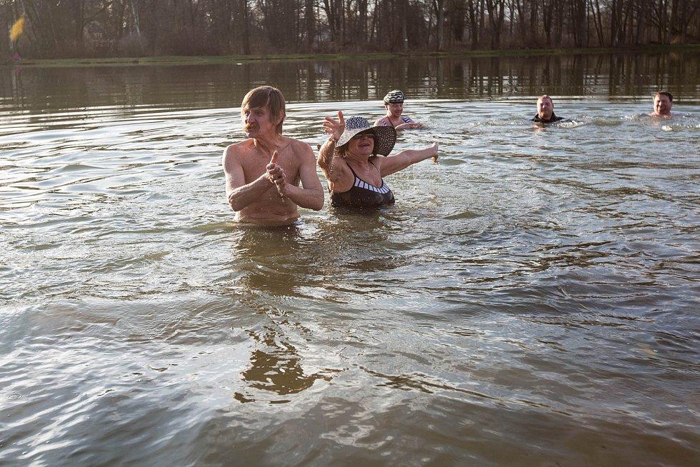 Otužilci na pláži Járy Cimrmana ve Skřivanech