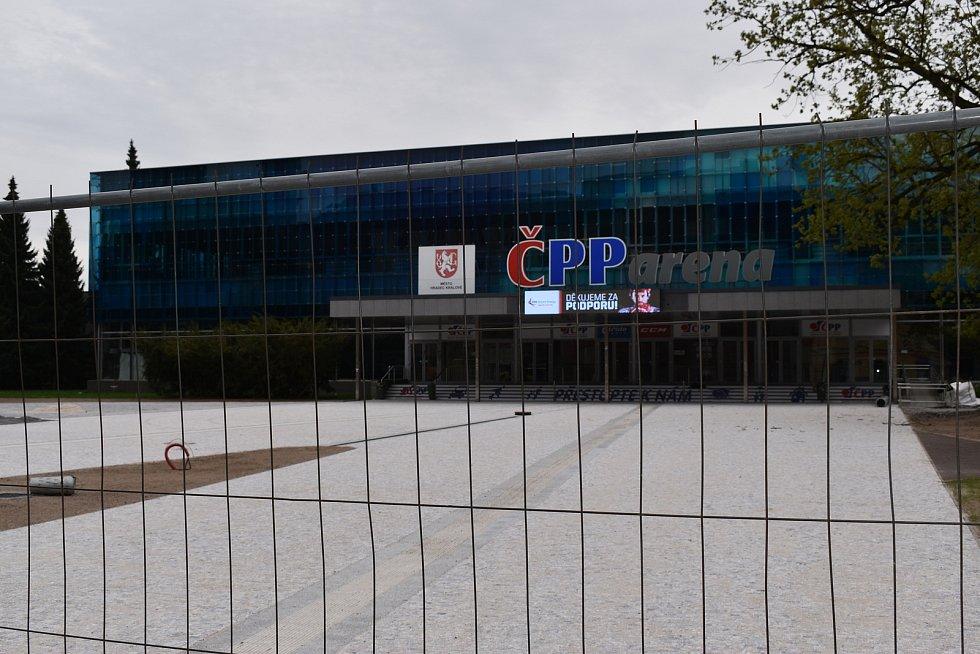 Přímo před vstupem na zímní stadion už jsou nové dlažební kostky.