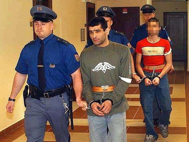 Obviněný Giňa (v popředí).