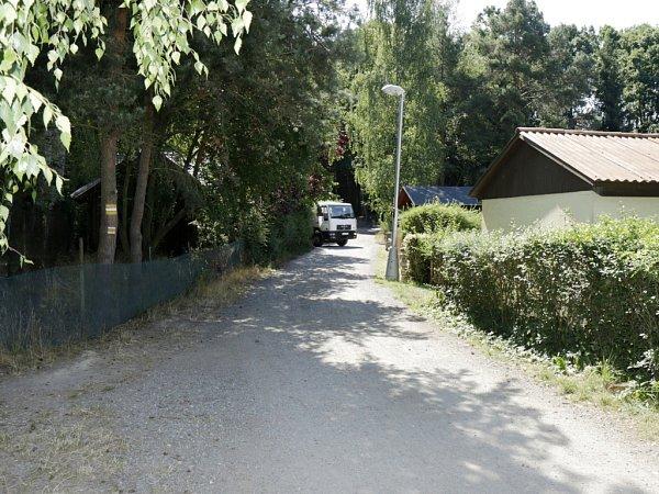 Štěrková cesta uStříbrného rybníku vedoucí kasfaltovému okruhu vhradeckých městských lesích.