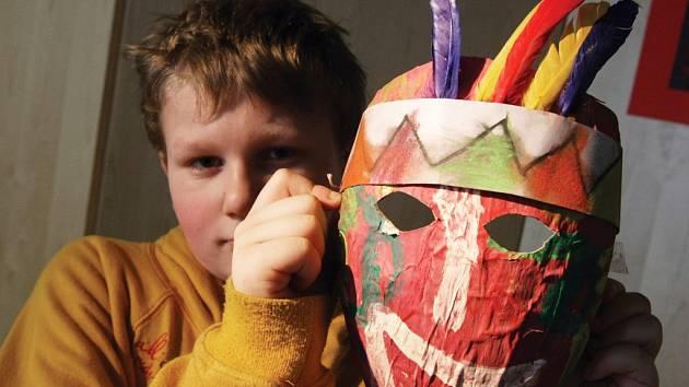 Výstava šamanských masek dětí ze ZŠ Prointepo ŠAMAN IN a expozice obrazů malíře Josefa Audrlického Indiáni severní a jižní Ameriky v hradecké Galerii U Přívozu.