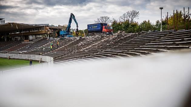 Demolice fotbalového Malšovického stadionu v Hradci Králové.