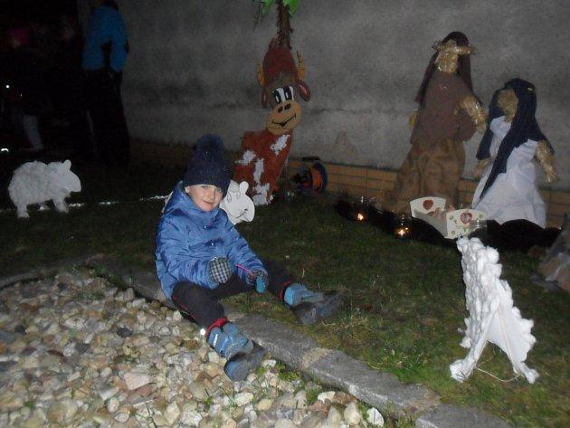 Základní škola Pouchov rozsvítila vánoční strom
