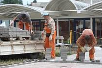 Stavební úpravy se nevyhýbají ani okolí hradecké základní školy na třídě SNP.