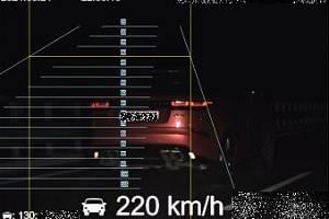 Dálniční policisté včera 24.5. krátce po 22. hodině na 62. km dálnice D11 ve směru na Prahu naměřili osobnímu vozidlu značky Land Rover rychlost 220 km/h