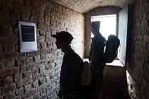 Na zdech Bílé věže umělci vystavují místo svých děl vzkazy agresivním návštěvníkům. K tomuto činu je přivedly zkušenosti s vandalismem. Výstava nemá o návštěvníky nouzi.