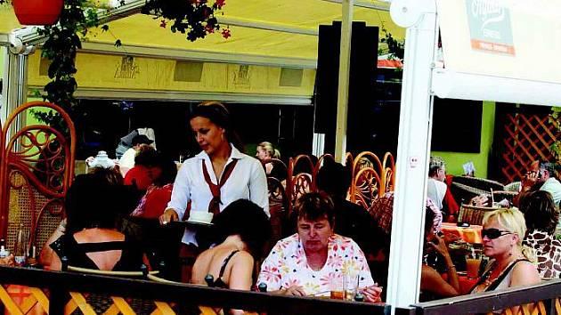 V oblibě jsou v současnosti zejména za příznivého počasí venkovní zahrádky u hradeckých restaurací. Lidé se mohou pohodlně bavit či stravovat na čerstvém vzduchu obvykle až do pozdního večera.