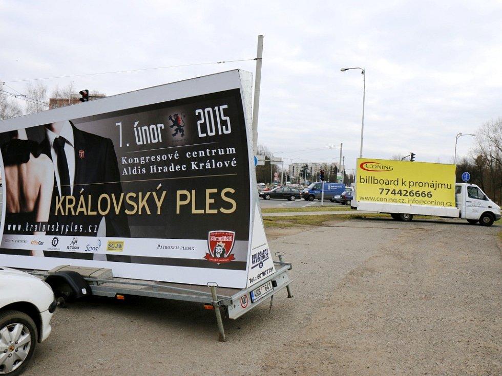 Reklama na kolečkách u silničního okruhu v Hradci Králové.