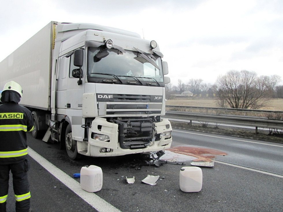 Dopravní nehoda dvou kamionů na Rašínově třídě v Hradci Králové.
