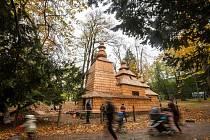 Dřevěný kostelík svatého Mikuláše v hradeckých Jiráskových sadech.