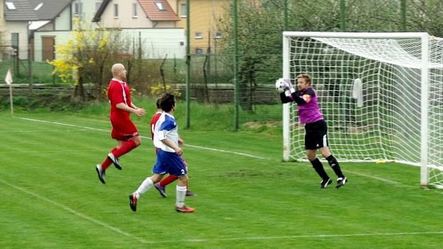 Krajská fotbalová I. B třída, skupina G: TJ Lokomotiva Hradec Králové - SK Hošek Robousy.