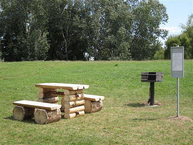 Ke grilům v parku města přibyly lavice i provozní řády, milovníci pikniků mají zelenou, musí však dodržovat pravidla