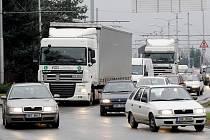 Méně dopravních nehod. To si odborníci slibují od změny vodorovného dopravního značení v křižovatce u soutoku.