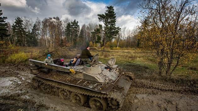 Kola a pásy těžké vojenské techniky rozjezdilydalší část přírodní památky Plachta na okraji Hradce Králové.