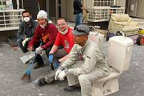 Jen málo Čechů bylo u nedávné japonské tragédie. Mezi těmi, kdo teď pomáhají, je inovinář Marek Hovorka se svými přáteli.