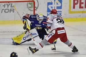 STŘELEC. Hradecký útočník Aleš Jergl se gólově prosadil na ledě Zlína. Brankář Libor Kašík byl na jeho zakončení krátký.