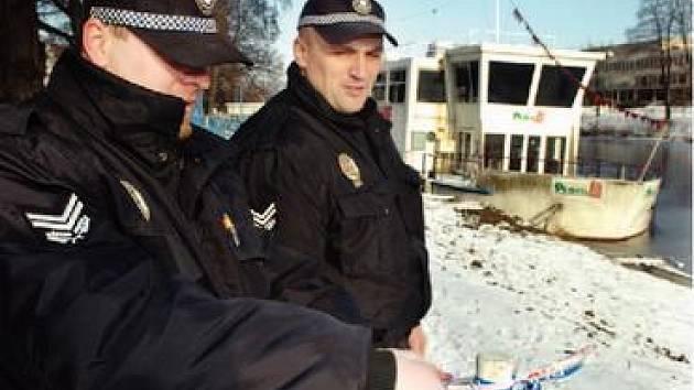 MĚSTSKÁ POLICIE věnovala v uplynulých dnech opuštěné lodi Čechie hodně času. Kvůli nebezpečí přetržení kotvicích řetězů část královéhradeckého labského nábřeží dokonce uzavřela.