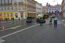 Na místě se střela dvě osobní vozidla.