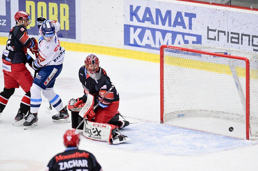 Brankář Hradce Králové Marek Mazanec (uprostřed) dostává gól.