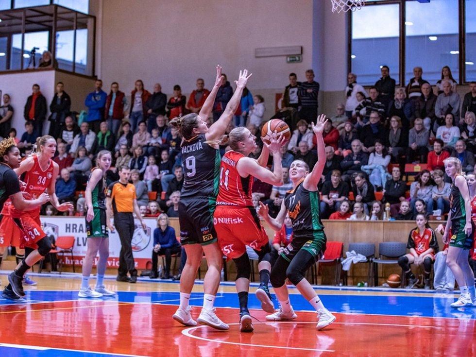 Šestnácti body zatížila Kristýna Minarovičová (v červeném) konto brněnských Žabin. K tomu přidala osm doskoků.
