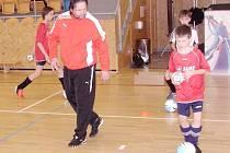"""""""Létající tým trenérů"""" provedl praktickou ukázku tréninkové jednotky mladých fotbalistů."""