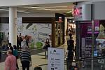 Obchodní centra vzali lidé útokem.