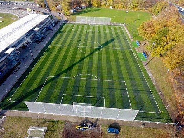 Umělý trávník na malšovickém fotbalovém stadionu vHradci Králové.