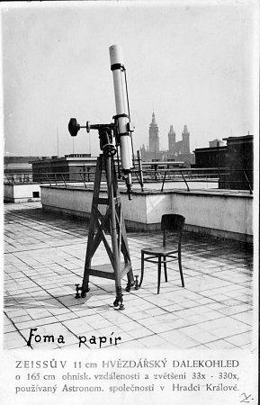 Zeissův 11cm hvězdářský dalekohled o165 cm ohniskové vzdálenosti a zvětšení 33x – 330x používaný společností.