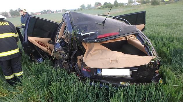 Opilého řidiče bez řidičáku vysvobodili záchranáři z pole.