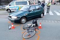 Kolize osobního automobilu s cyklistkou v Hradci Králové.