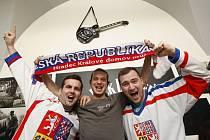 Příznivci českého hokejového týmu fandící reprezentantům u televizoru v hospodě.