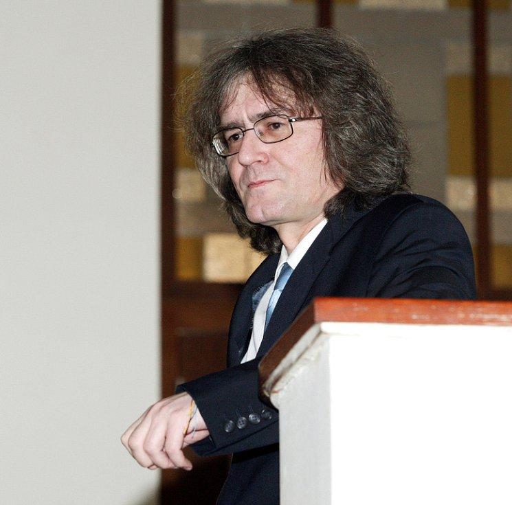 Bývalý sbormistr Bambini di Praga Bohumil Kulínský si v pondělí 23. dubna před Krajským soudem v Hradci Králové vyslechl rozsudek