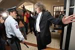 Bohumil Kulínský vchází do budovy soudu. Čekalo tu na něj zhruba 30 novinářů, kameramanů a fotografů