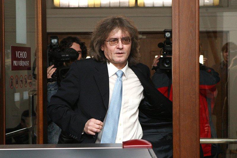 Kulínský přichází ke Krajskému soudu v Hradci Králové