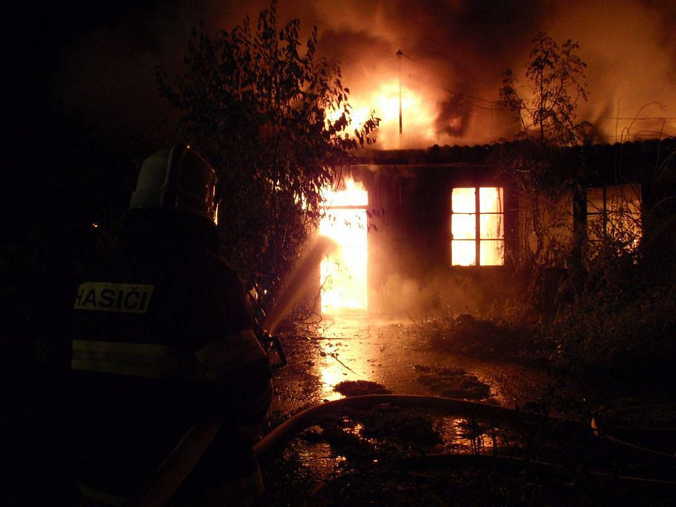 Požár squaterského domu v Kydlinovské ulici v Hradci Králové (21. srpna 2010).