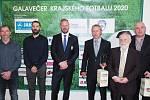 Zvláštní cena Fotbalu v kraji - Lázeňský pohár a Roman Mikolášek (třetí zprava).